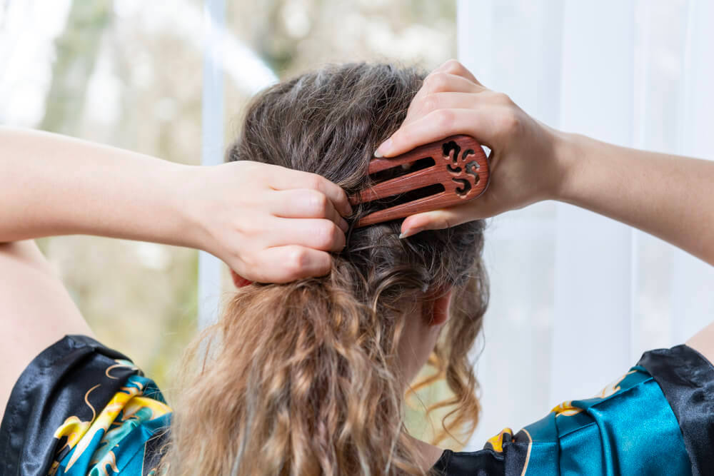 Attaching hair fork into hair